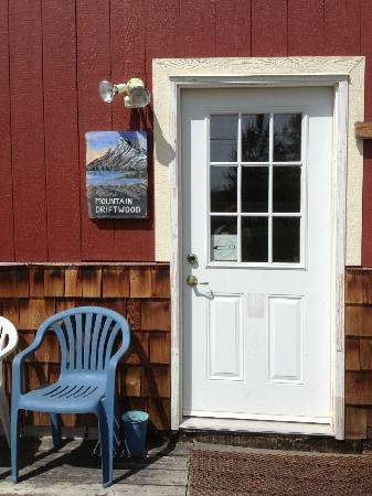 Mountain Driftwood Gallery & Lodging: Lower Suite Private Entrance