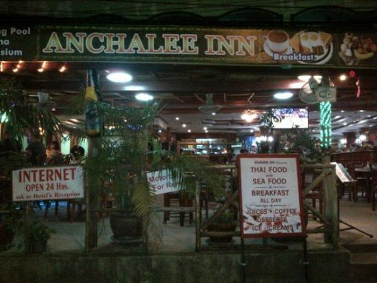 Anchalee Inn : at night view