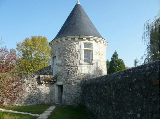 Le Vieux Chateau d'Hommes: Beautiful building in grounds