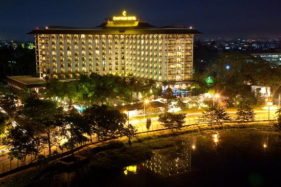Chatrium Hotel Royal Lake Yangon: Building at night
