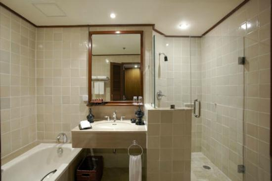 Chatrium Hotel Royal Lake Yangon: Separated bathtub and shower room