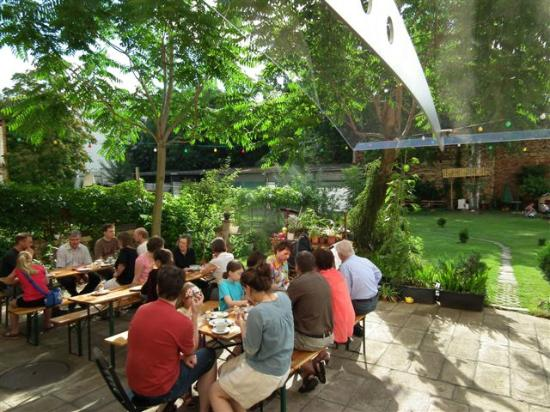 Space Hotel & Hostel Leipzig : Frühstück im Garten