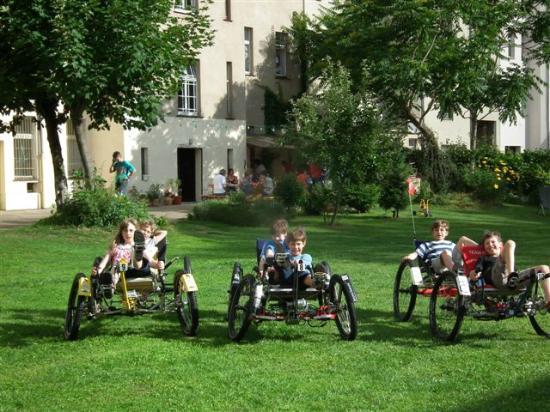 Space Hotel & Hostel Leipzig : NASA Moonbuggy-Fahren für die Kinder im Garten