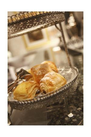 54 on Bath: Residente enjoy our complimentary tea & pastry offering in the lounge