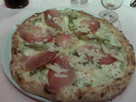 Marano di Napoli, Italien: Pizza Provala Mozzarella, crema di zucchine, fiori di zucca, speck e scaglie di parmigiano!!!