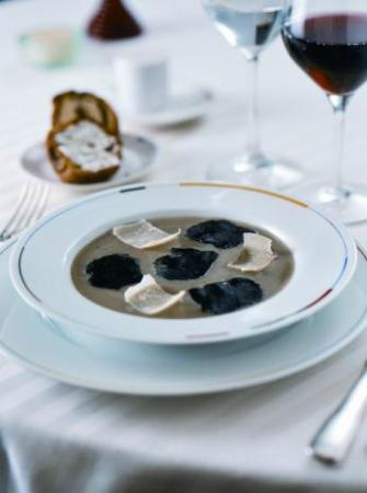 Restaurant Guy Savoy : La soupe d'artichaut à la truffe noire, brioche feuilletée aux champignons et beurre de truffe