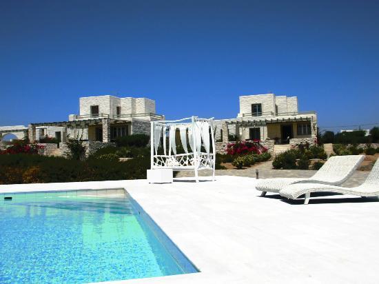 Stagones Luxury Villas : Pool and villas view