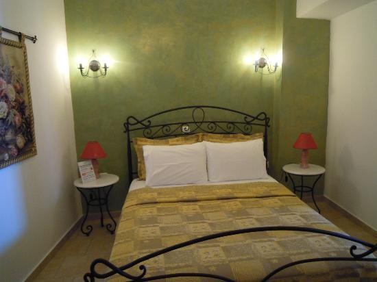 Angel Cave Houses: The Honeymoon suite, bedroom
