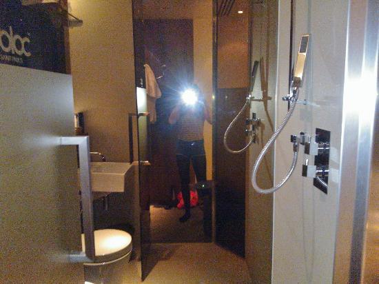 Inside room picture of bloc hotel birmingham birmingham for Appart hotel birmingham
