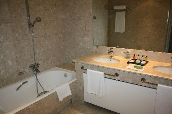 salle de bains - Picture of Hotel Martinez, Cannes - TripAdvisor
