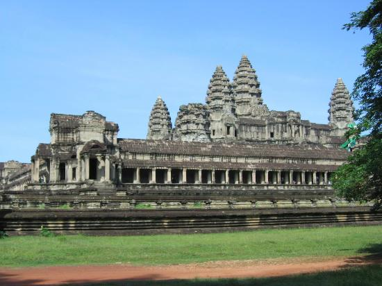 Angkor Temple Guide Private Day Tours : Angkor Wat is a Hindu temple which was built by King Suriyavarman 2 in hornor of God Vishnu.