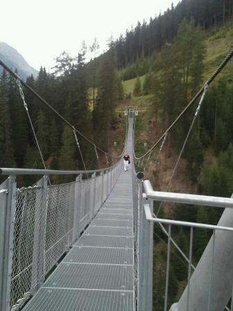 Alpenresidenz Ballunspitze: wandeling over de hangbrug in Ischgl