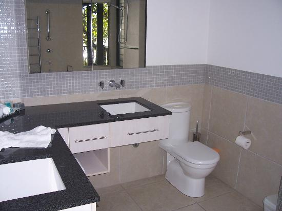 Sea Point on Trinity Beach: Main Ensuite