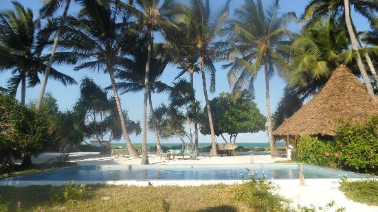 Mchanga Beach Resort: Main view to sea & beach - bar on right