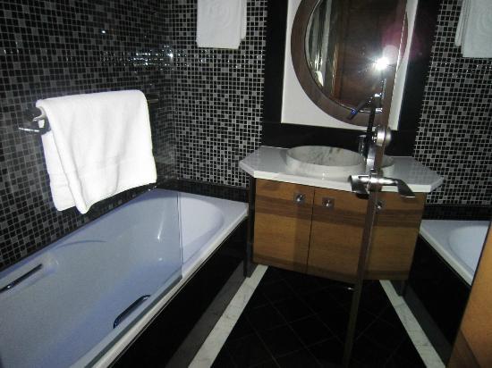 Safir Hotel and Residences Kuwait: Bathroom