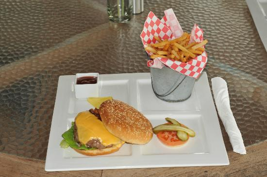 Chrishi Beach Club: Great juicy burger
