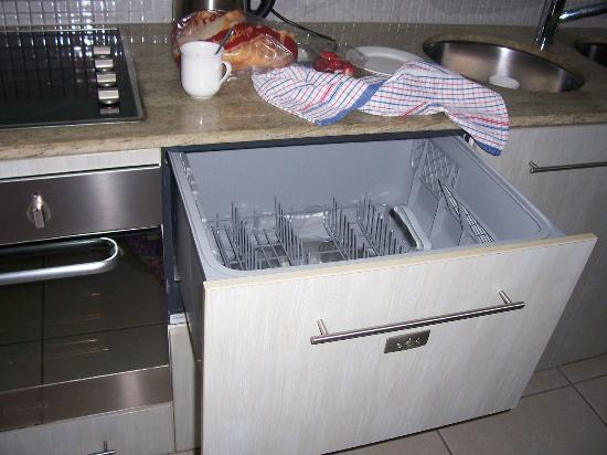 Sea Point on Trinity Beach: 2nd Dishwasher