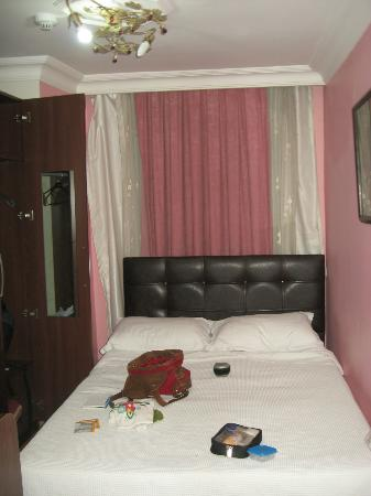 Sevila Hotel: Our little (but yet clean and with all you need) room