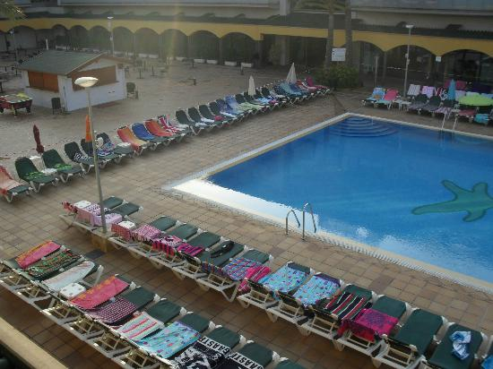 Hotel Mediterraneo Benidorm: 7am in the morning and sunbeds all reserved