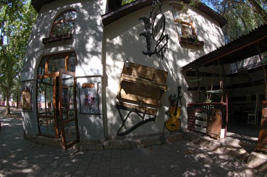 Antresol: Main entrance