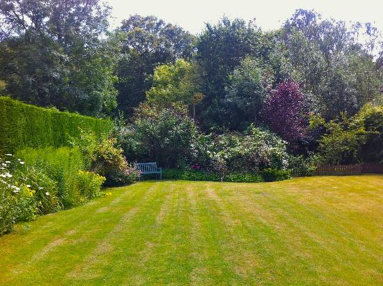 Highwoods Farm B and B: A quiet spot in the large garden