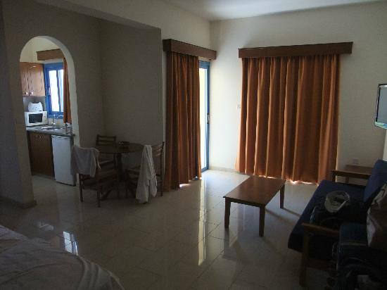 Kefalonitis Hotel Apts.: the open curtain is out to the balcony