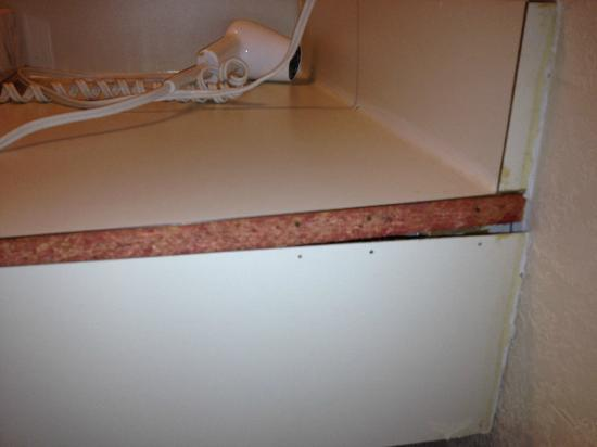 Econo Lodge Inn & Suites Old Saybrook: Broken vanity