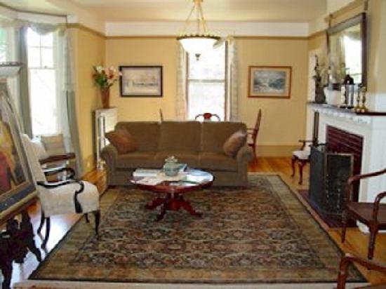 Olde Staunton Inn: Living room / Common area
