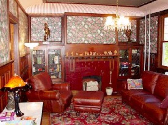 Olde Staunton Inn: Library
