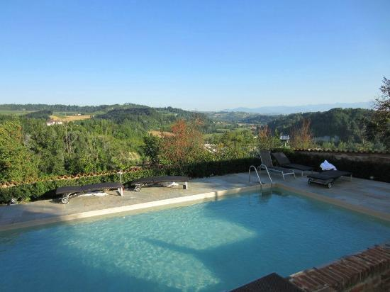 Antico Borgo Monchiero: Pool, amazing views