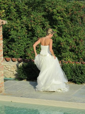 Antico Borgo Monchiero: Bride by Pool
