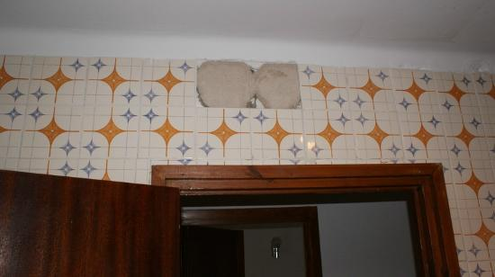 Iris Bahia Dorada: loose tile from the wall in the kitchen