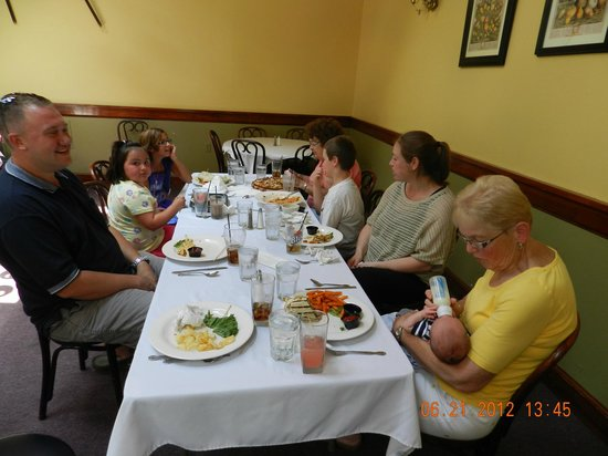 Old Erie Restaurant: Family enjoying lunch at the Old Erie