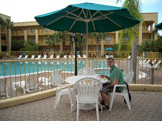 La Quinta Inn & Suites Ft. Myers - Sanibel Gateway: terrasse ved poolen