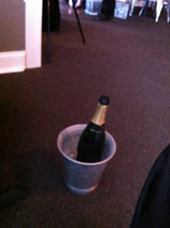 Muse Restaurant & Cafe: No bucket stand - Moet at shoe level
