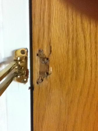 Quality Inn Deep Creek Lake: Security lock broken.