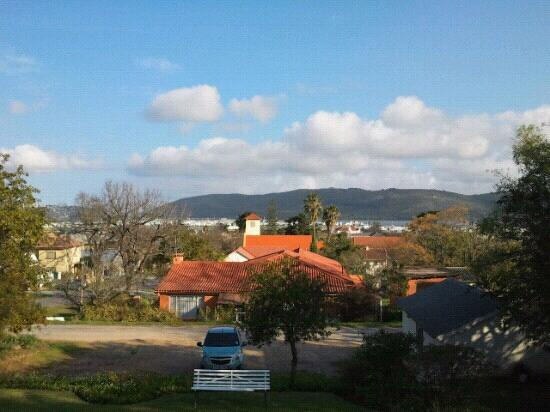 Knysna Backpackers: View from the porch, late the afternoon.