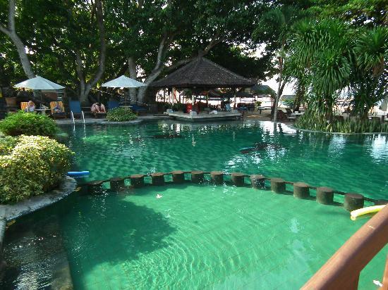 Besakih Beach Hotel: Larger Pool with Pool Bar