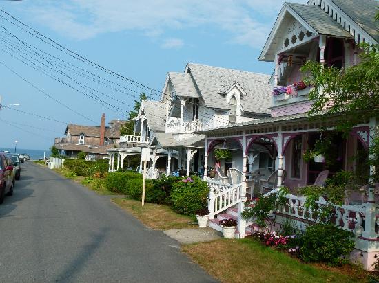 Oak Bluffs Inn: Oak Bluffs - rue menant à la plage - Pequot Ave