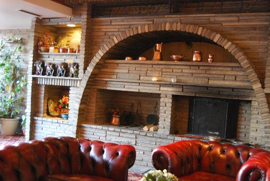 Thon Hotel Forde : Relax- and TV-area by the fireplace