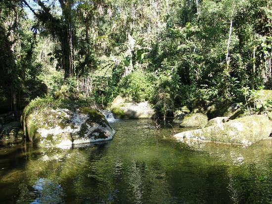 Pousada Bromelias: Cascada y piscina natural