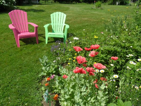 Clifford Country Bed & Breakfast: Numerous outdoor seating areas for your enjoyment