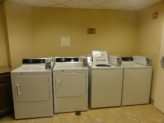 Homewood Suites by Hilton La Quinta : laundry room near room 105
