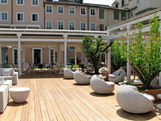 Outdoor area of restaurant picture of gran melia rome for Gran melia roma