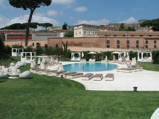 Pool area picture of gran melia rome rome tripadvisor for Gran melia roma