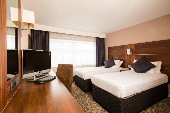 https://media-cdn.tripadvisor.com/media/photo-s/02/b5/9c/d0/mercure-london-watford.jpg
