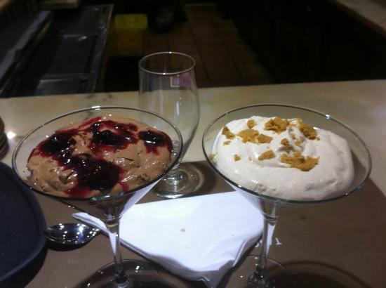Tasca El Callejon: Mouse de chocolate con frutos rojos y mouse de gofio