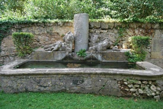 Chateau de la Pioline: Water feature...