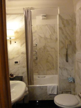 Hotel Arcangelo: Marble bath