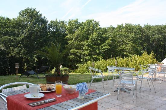 Latitude Ouest Hotel & Restaurant: La terrasse et le parc